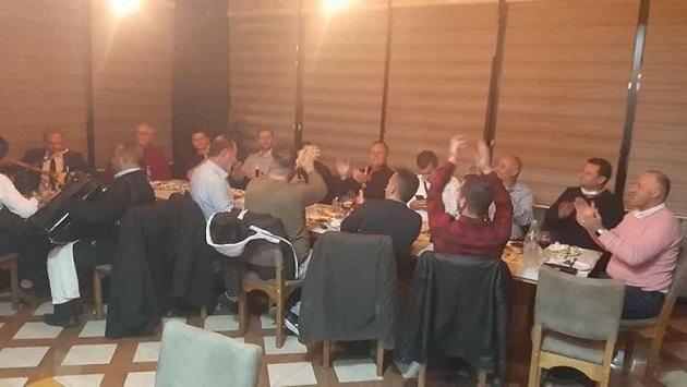 Zyrtarë komunalë të Prizrenit shkelin masat anti-COVID duke festuar 28 Nëntorin