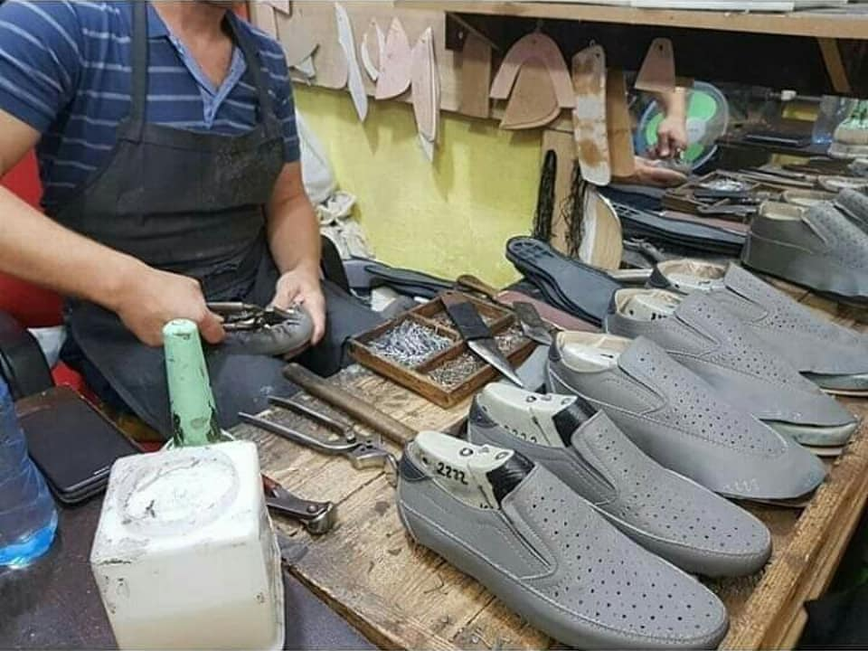 FOTO/ Mendonit se s'ka më mjeshtra të tillë? Ky është artizani kuksian, 'duararti' i këpucëve'