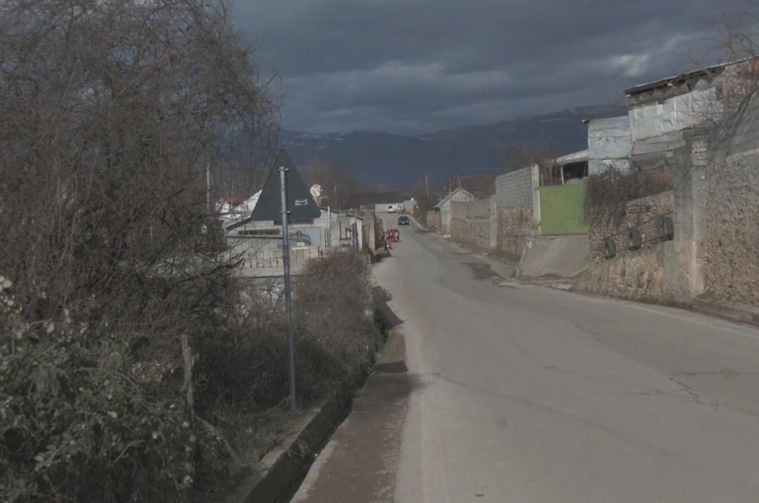 Rruga pa sinjalistikë, si rrezikohet jeta çdo ditë e nxënësve në Nangë