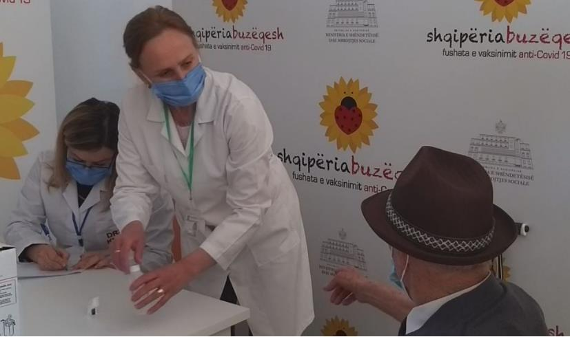 Vazhdon vaksinimi në Kukës, pensionisti: Nuk kam frikë i kam bërë vitet