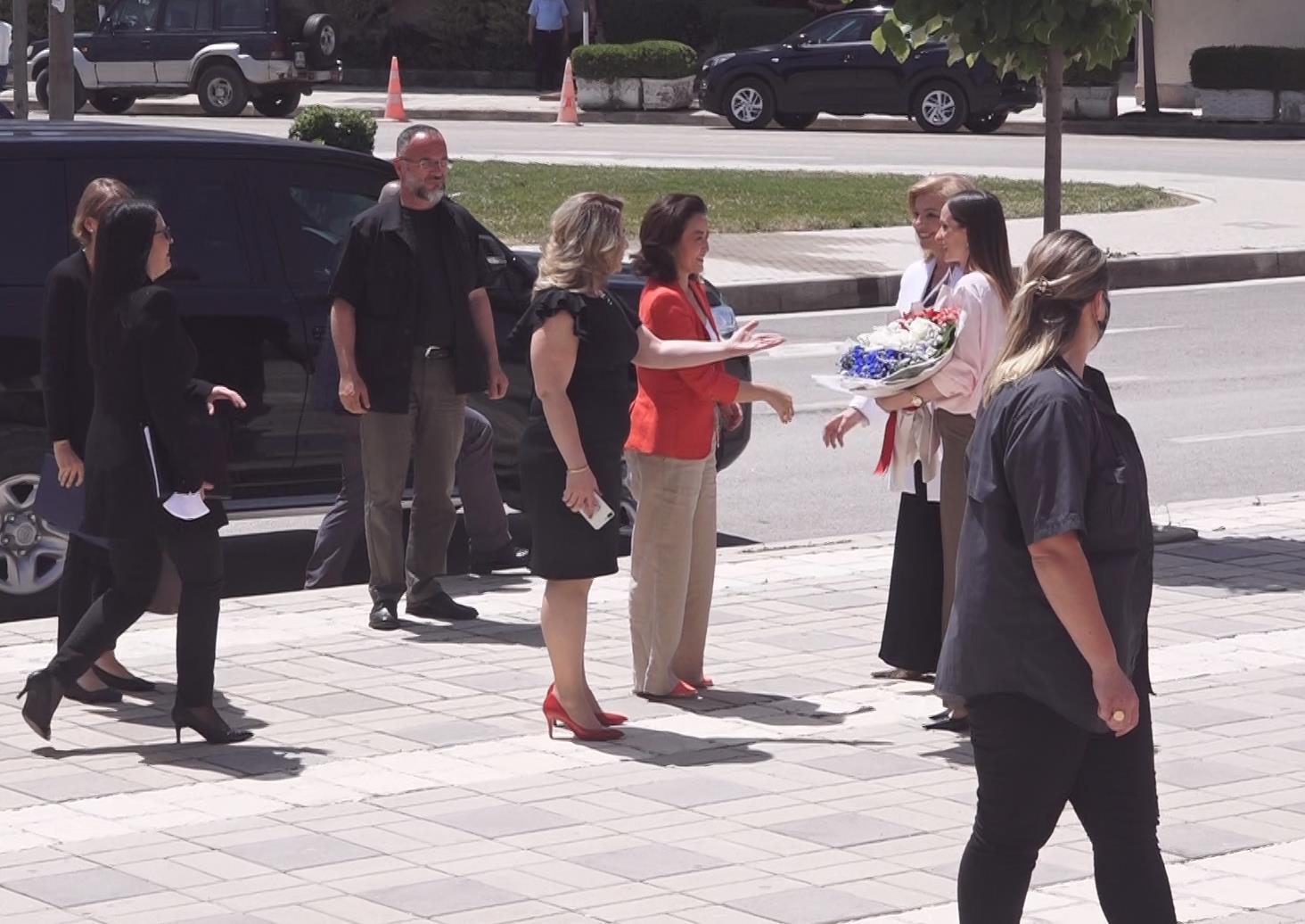 FOTO/ Ambasadorja e SHBA viziton për herë të parë Kukësin, i bën përshtypje Rruga e Kombit
