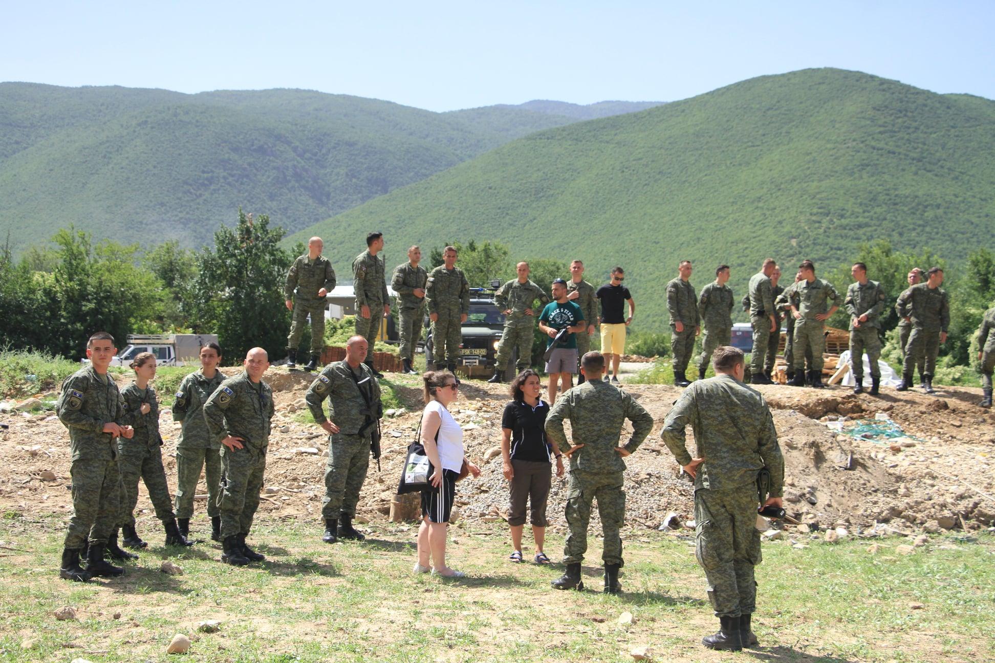 FOTO/ Forcat e FSK dhe vullnetarë nga Shqipëria e Kosova, pastrojnë bregun e Drinit të Bardhë