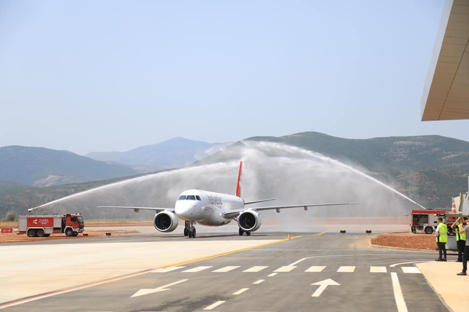 VIDEO/ Ulet në Aeroportin e Kukësit avioni i parë me 67 pasagjerë në bord