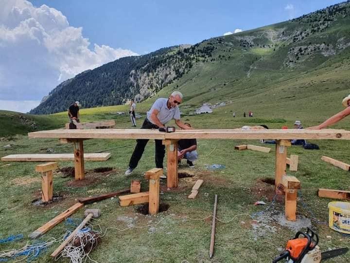 FOTO/ Vullnetarizmi, të rinjtë nga Shtiqni ndërtojnë një tavolinë në Kroin e Kuq