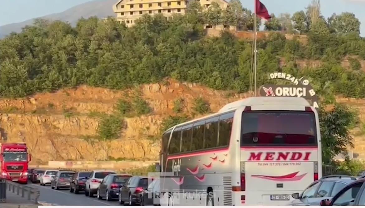 VIDEO/ Fluksi i lartë i lëvizjeve, trafik mbi urën e Drinit të zi
